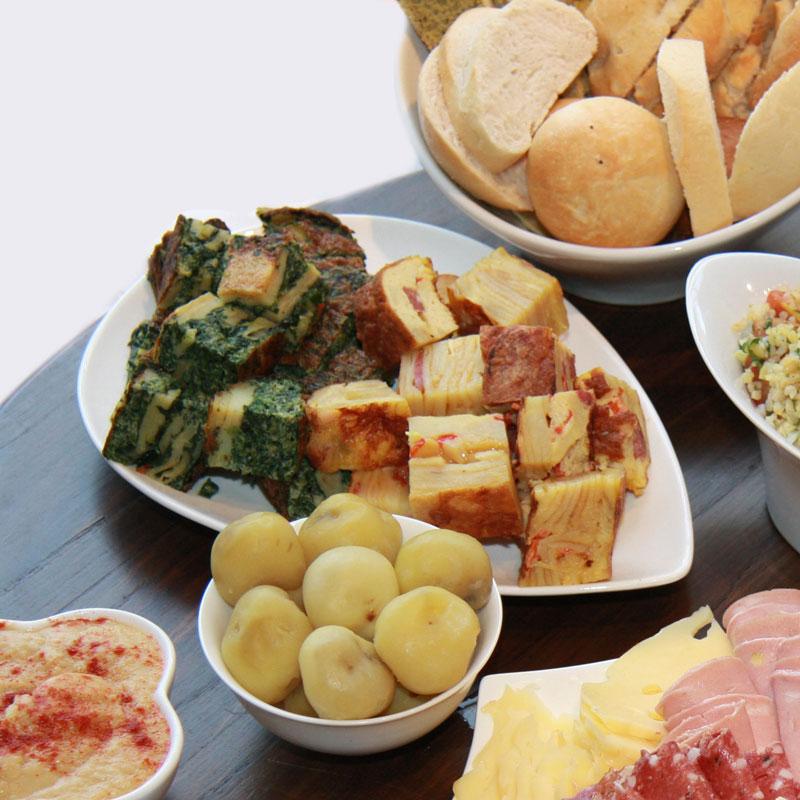 Tortilla a la española y fritata de jamón y espinacas