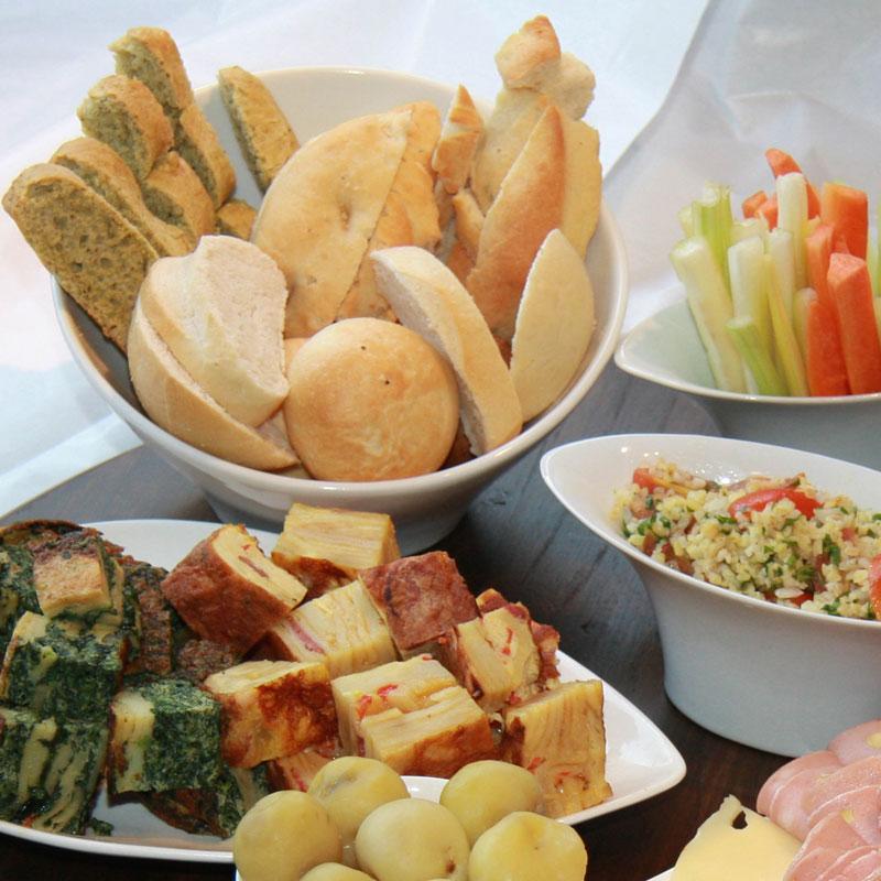 Variedad de tostadas y focaccias