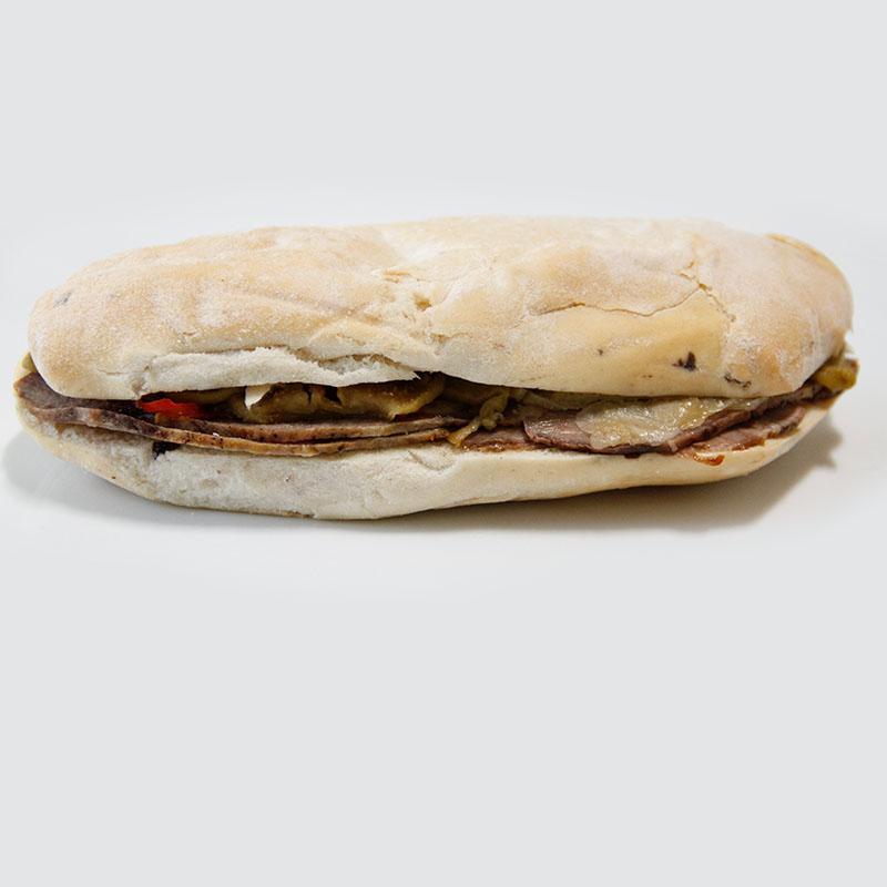 Sandwich Ciabata de Olivas y Carne Asada con Vegetales