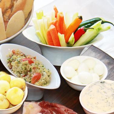 Bastoncitos de Verduras, Papines, Huevos de Codorniz y Queso Saborizado con Hierbas